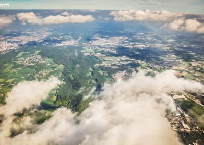 Bielefeld von oben aus dem Flugzeug - über den Wolken in Deutsc